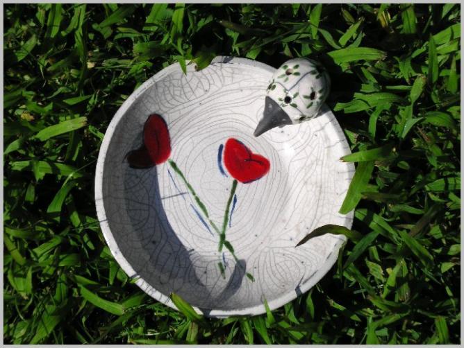 Assiette raku fleurs rouges
